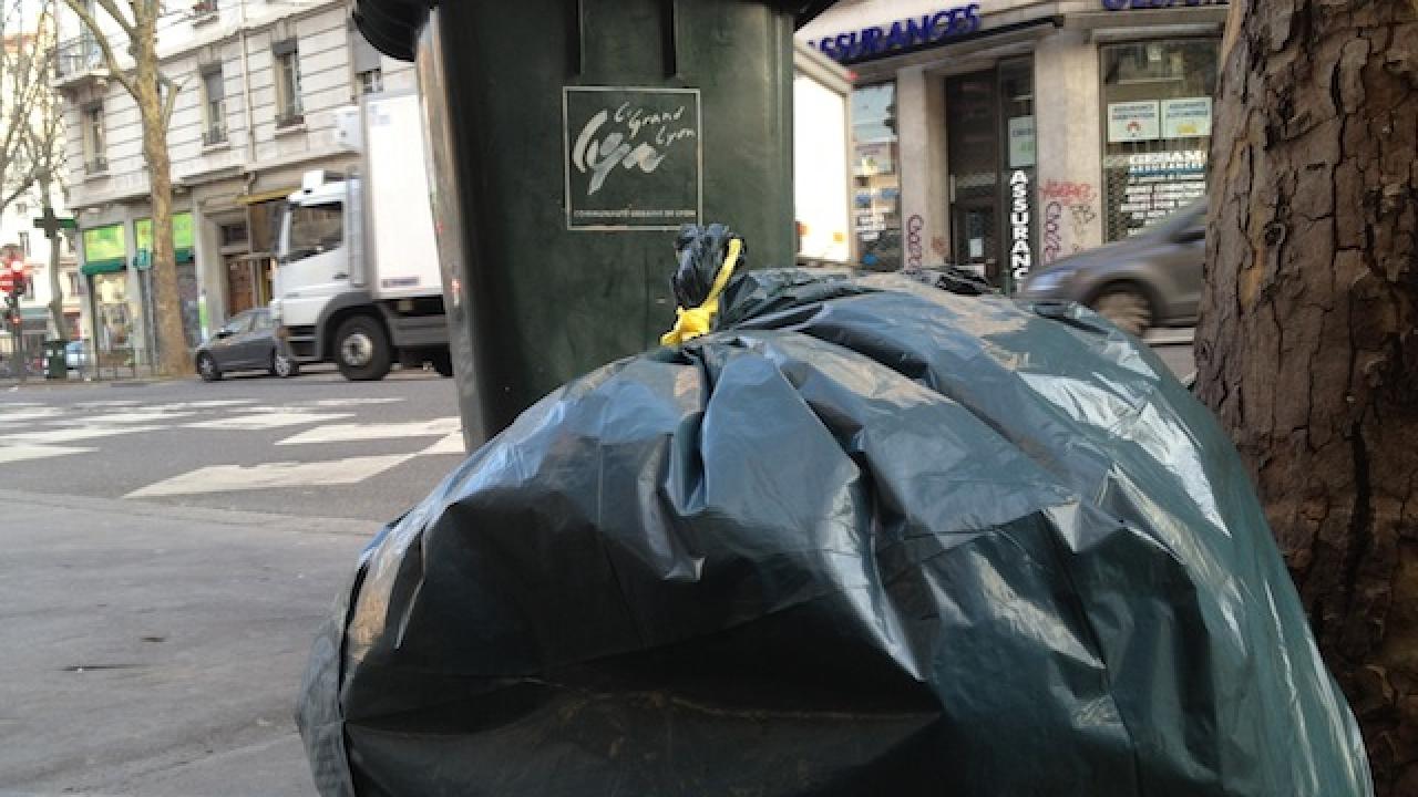 Une femme se casse la jambe à cause de poubelles non ramassées et attaque la Métropole de Lyon en justice
