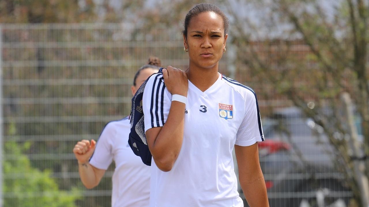 L'OL féminin vaincu par le PSG en finale de la Coupe de France à l'issue d'un match qui fait débat