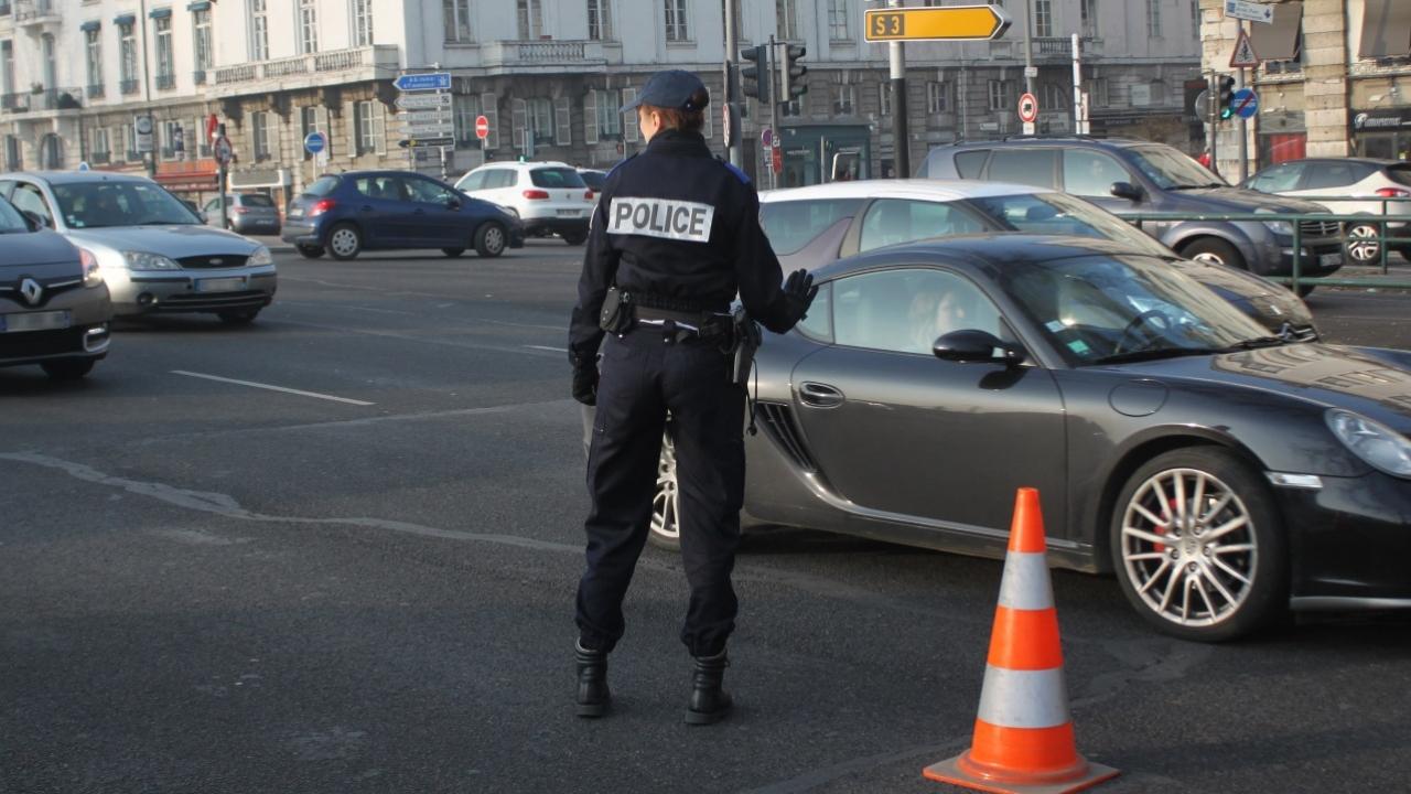 En civile, une policière se fait mordre à la joue — Saint-Fons