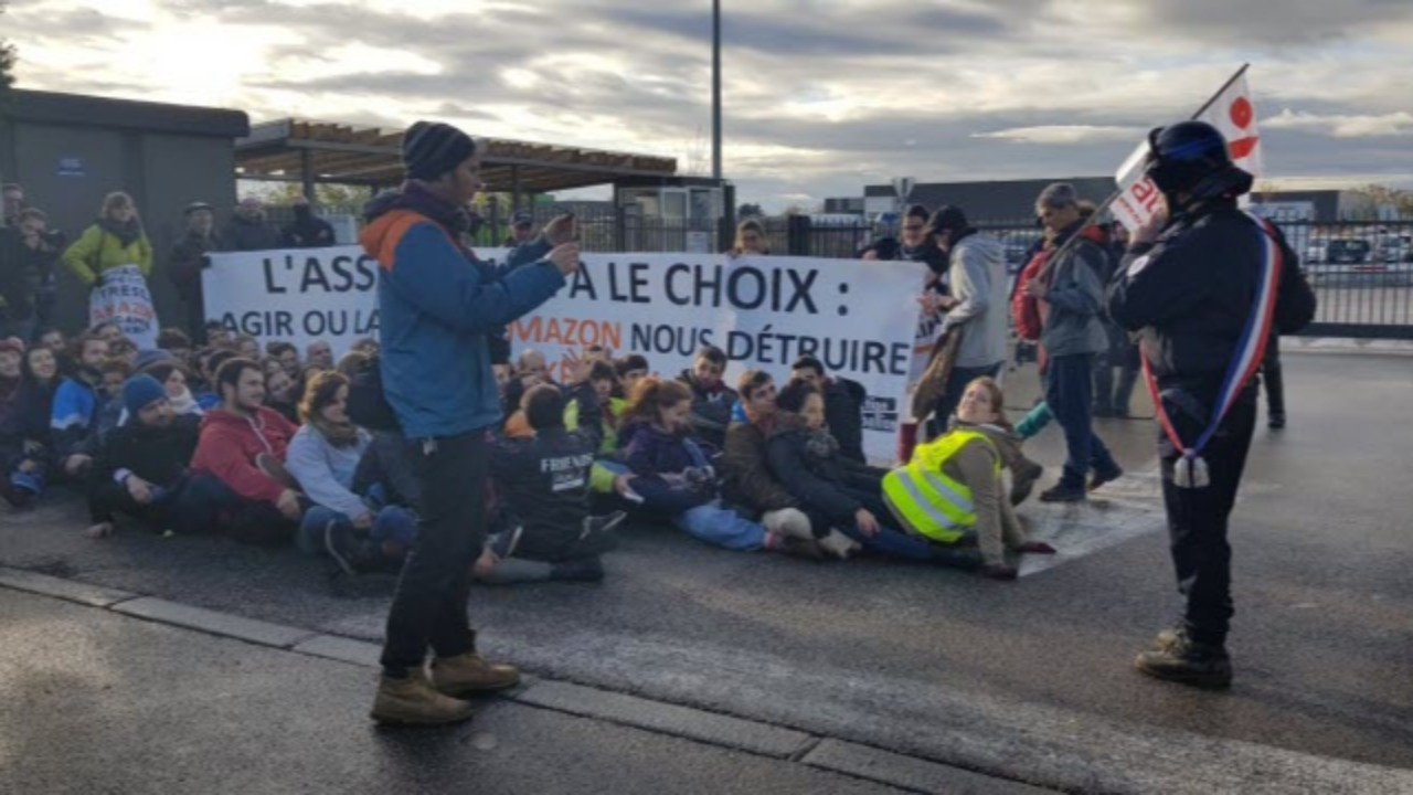 Block Friday : des actions de blocage au dépôt d'Amazon à Lyon