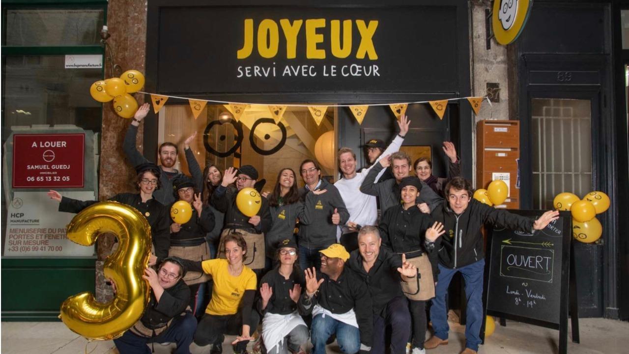 Café joyeux : un coffee-shop avec des employés atteint d'handicap