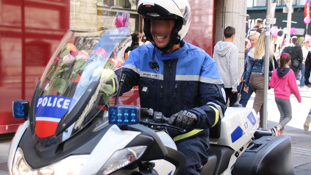 Femmes des forces de l'ordre dans la rue — Strasbourg
