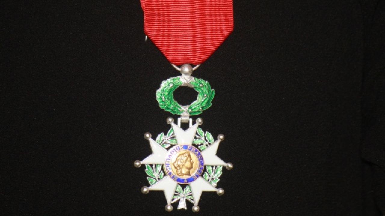 101 personnalités distinguées, dont Bernard Cazeneuve et Arlette Chabot — Légion d'honneur