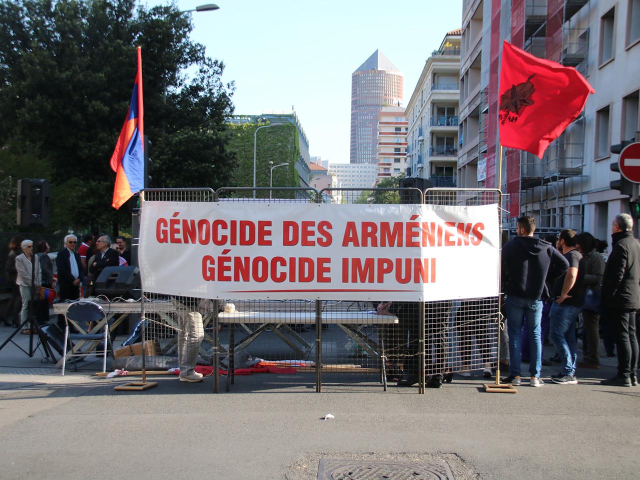 Génocide arménien : la communauté lyonnaise réclame justice devant le consulat turc