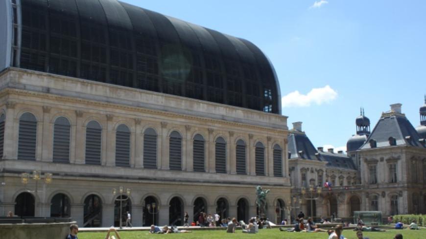 Opéra de Lyon : une danseuse virée après être devenue maman ?