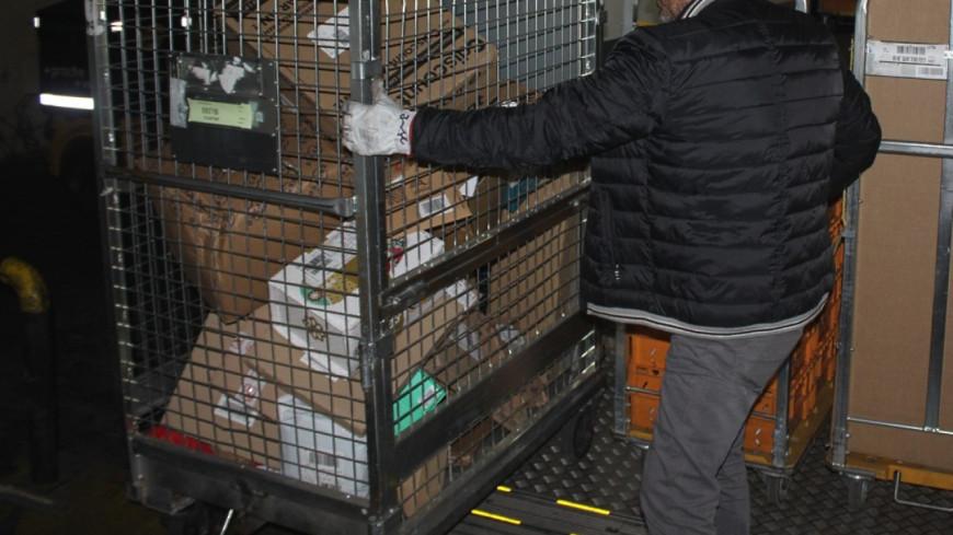 Trois livreurs de colis se servent dans des scellés destinés à la police scientifique