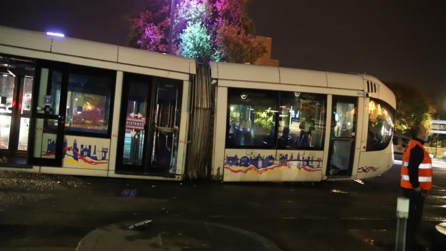 Lyon : le tram déraille après une collision avec une voiture