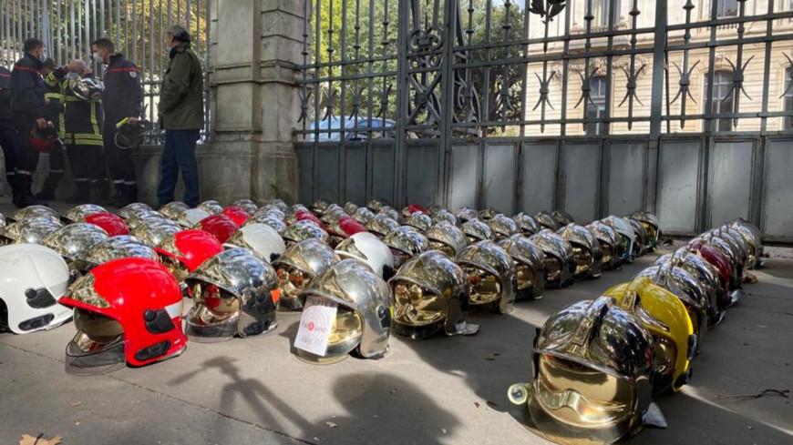 Lyon : 250 pompiers en colère ont déposé leur casque devant la Préfecture du Rhône