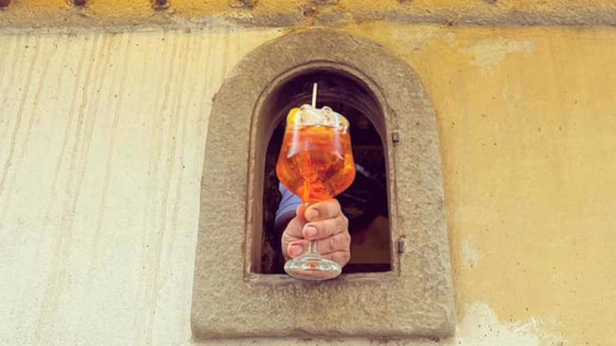 """Découvrez les """"fenêtres à vin"""" créées pour limiter les contacts dans les bars !"""