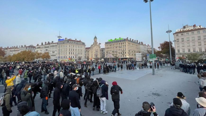 """Lyon : 7500 personnes réunies pour la """"Marche des Libertés"""", de violents heurts avec la police"""