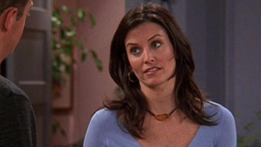 """Courteney Cox la tête dans une dinde, elle rejoue une scène de """"Friends"""" ! (vidéo)"""