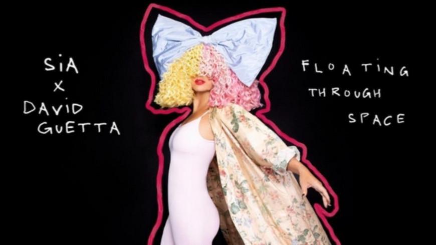 """Sia et David Guetta dévoilent leur nouvelle collaboration, """"Floating Through Space"""" (vidéo)"""