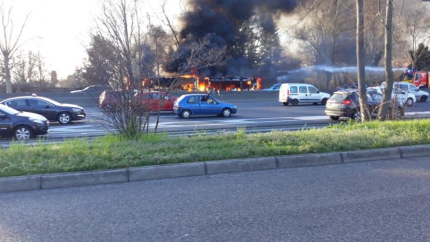 Près de Lyon : un bus TCL prend feu alors qu'il roule sur le périphérique Laurent Bonnevay