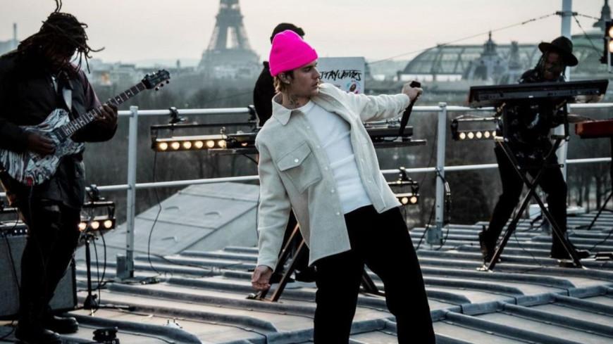 """Justin Bieber diffuse le livestream surprise """"Live From Paris"""" (vidéo)"""