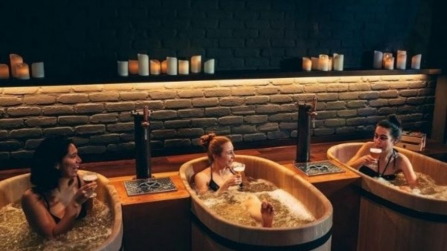Ce spa propose à ses clients des bains de bière ! (photos)