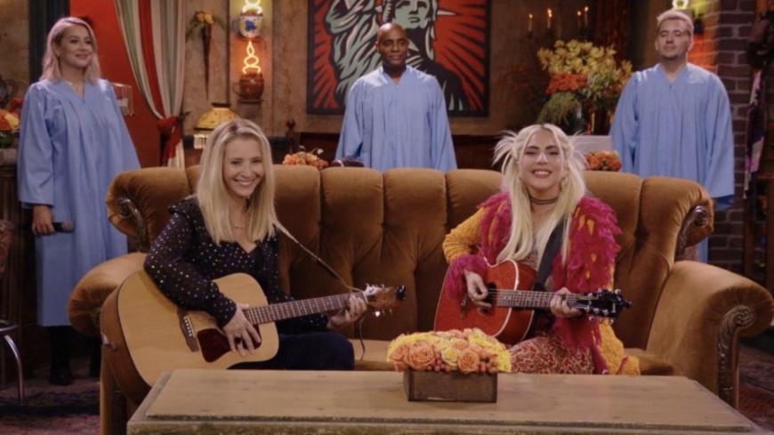 """Friends : Lady Gaga et Phoebe interprètent le mythique """"Tu pues le chat"""" (vidéo)"""