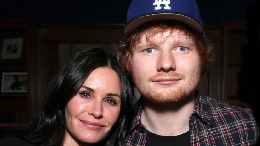 Ed Sheeran et Courteney Cox  rejouent une scène culte de Friends (vidéo)