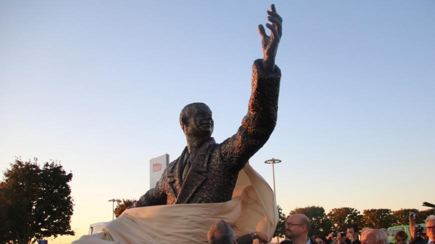 La statue d'Antoine de Saint-Exupéry enfin inaugurée devant l'aéroport de Lyon