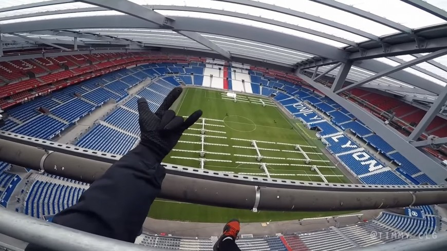 Un adepte de parkour fait une vidéo sur le toit du Groupama Stadium