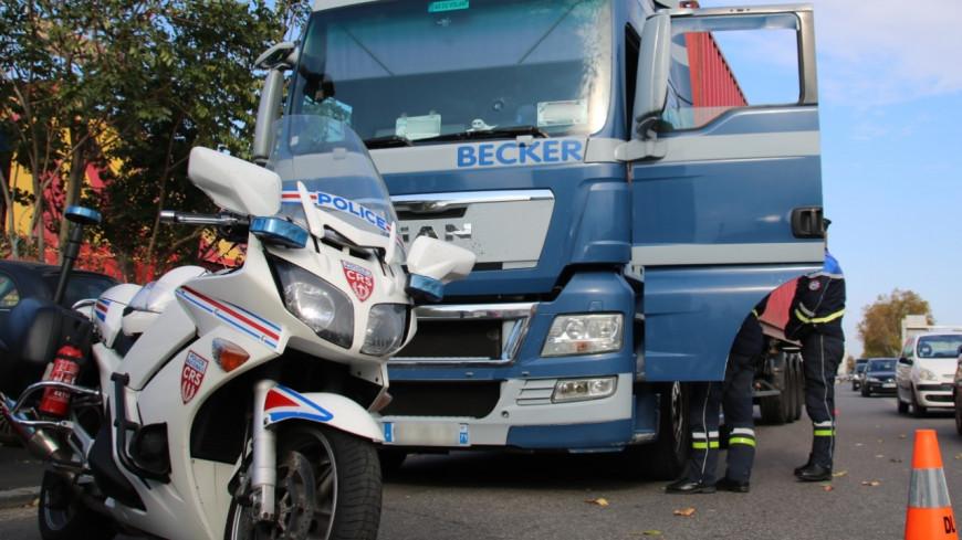 Un conductor tira de un colega que se ha duplicado en el peaje de Villefranche