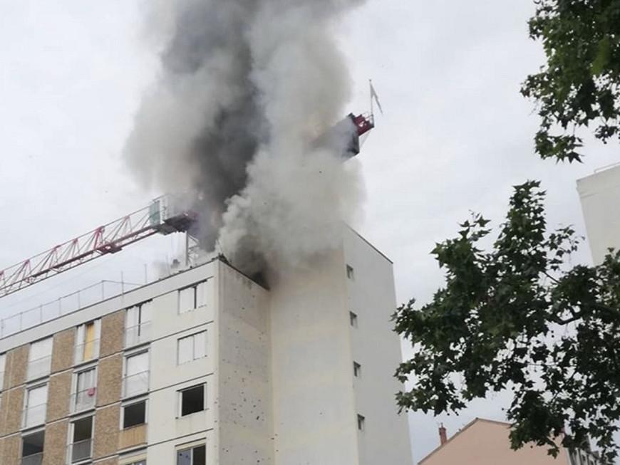 Un incendie provoque une épaisse fumée noire à Lyon