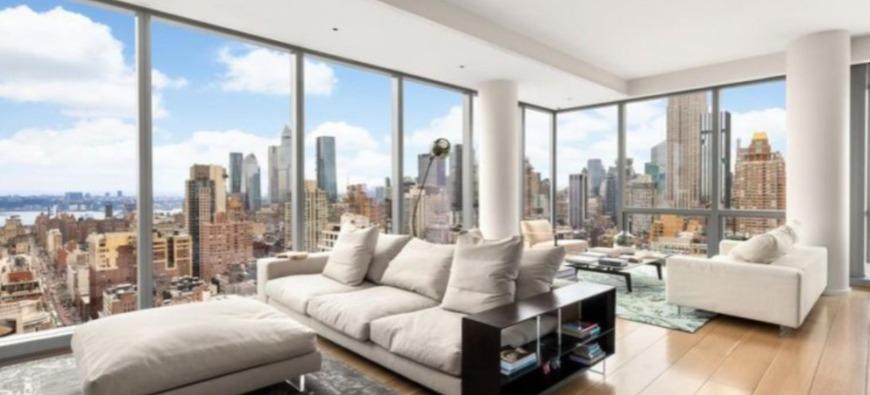 Les habitants d'un immeuble haut-de-gamme offrent un appartement à leur femme de ménage
