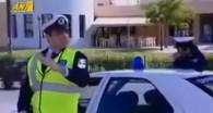 Un motard tape dans la main dun policier