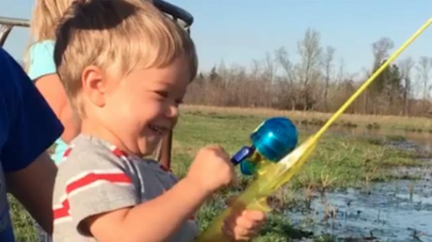 La pêche est bonne, avec une canne qui n'est autre qu'un jouet...