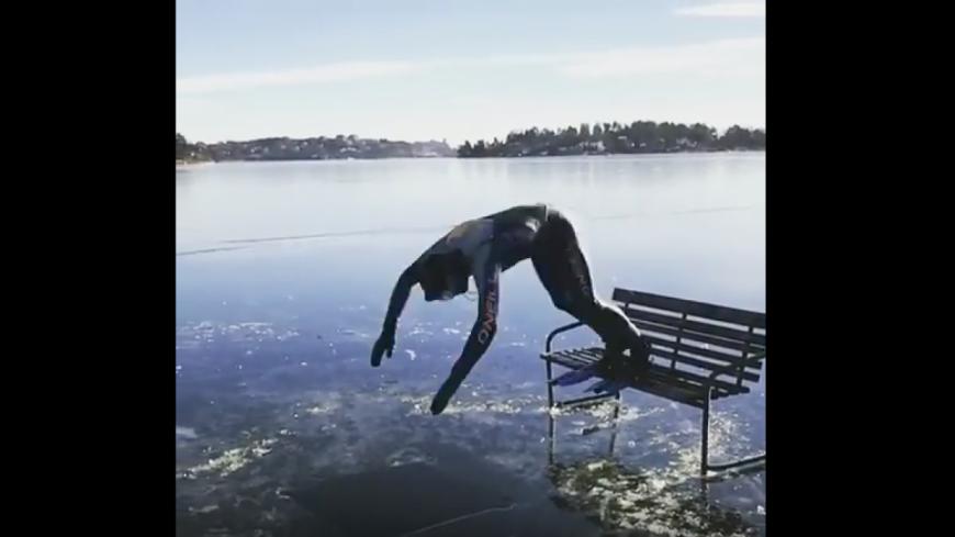 Insolite: un homme plonge dans un lac gelé