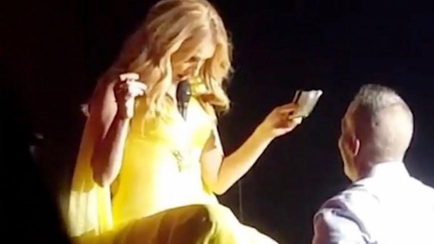 Céline Dion a son astuce pour tenir son micro...