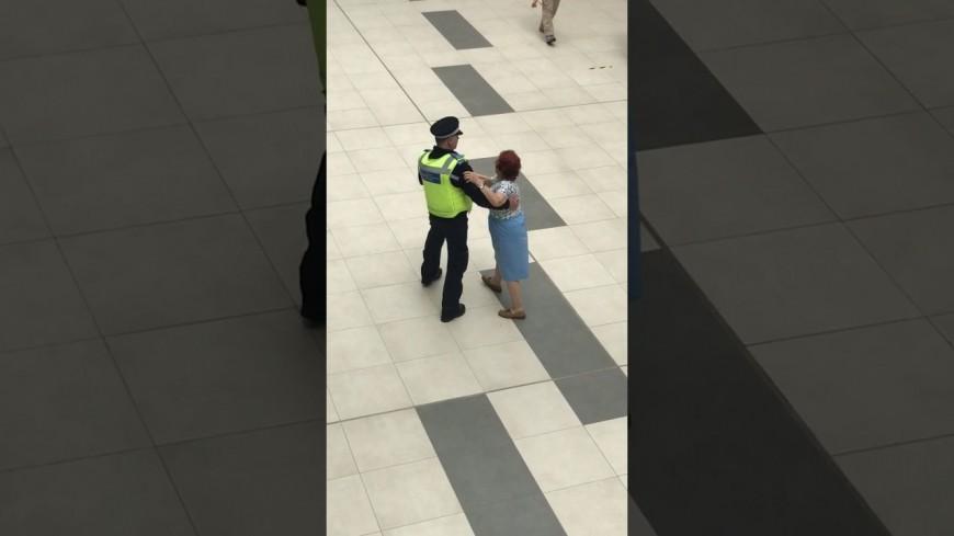 Un officier dans avec une dame au centre commercial ...
